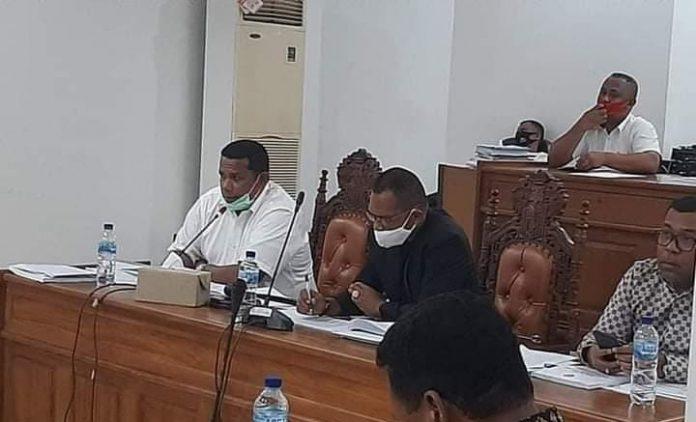 Rapat pembahasan KUA dan PPAS perubahan tahun 2020 dipimpin Wakil Ketua I DPRD Malra Albert Efruan (kiri) didampingi Ketua DPRD Malra Minduchri Kudubun (tengah) dan Wakil Ketua II DPRD Malra Yohanis Bosko Rahawarin (kanan) di ruang rapat komisi, Rabu (19/8/2020). Foto: Sekretariat DPRD Malra