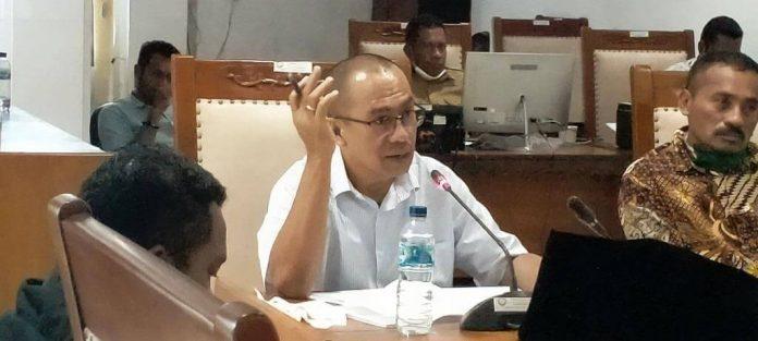 Wakil Ketua Komisi II DPRD Kabupaten Maluku Tenggara Esebius Utha Safsafubun dalam rapat bersama rapat dengar pendapat (RDP) antara Komisi II dengan Dinas Sosial Malra di ruang rapat komisi, Selasa (4/8/2020). Foto: Labes Remetwa