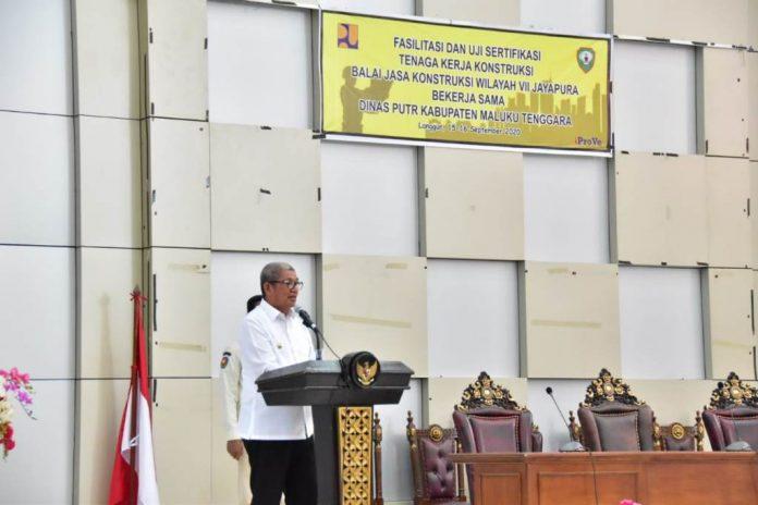 Bupati Maluku Tenggara, Muhammad Thaher Hanubun saat berikan sambutan pada kegiatan fasilitasi dan uji sertifikasi tenaga kerja konstruksi , selasa (15/09/2020) sumber foto : bagian prokompimda malra.