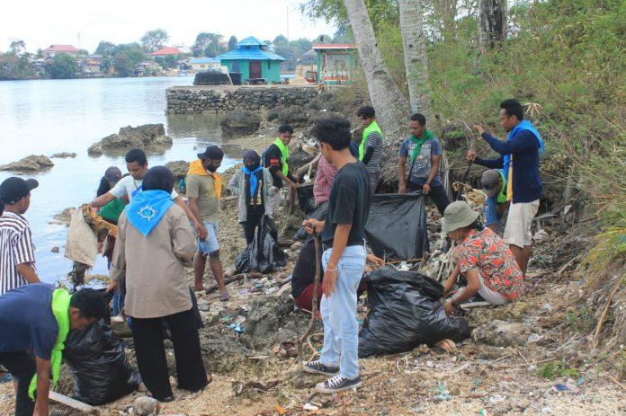 6 komunitas peduli lingkungan bersama masyarakat Fair Kota Tual membersihkan sampah di pantai Fair, Minggu (20/9/2020). Foto: Fredy Jamrewav