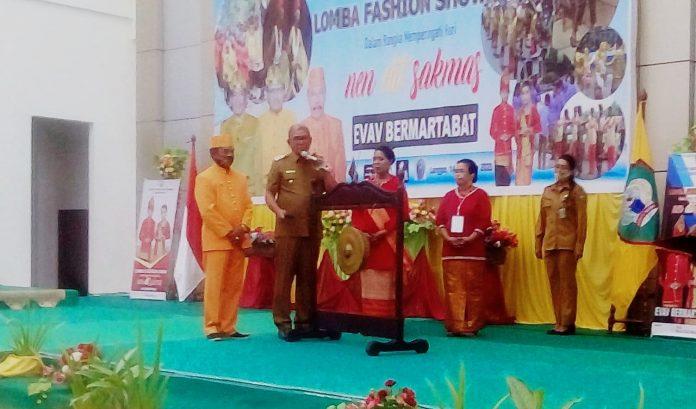 Bupati Maluku Tenggara M. Thaher Hanubun secara resmi membuka lomba fashion show yang digelar Dinas Kebudayaan Malra di Aula Kantor Bupati, Senin (14/9/2020). Foto: Fredy Jamrewav