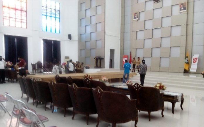 Suasana persiapan lomba fashion show di Aula Kantor Bupati, Sabtu (12/9/2020). Foto: Fredy Jamrewav