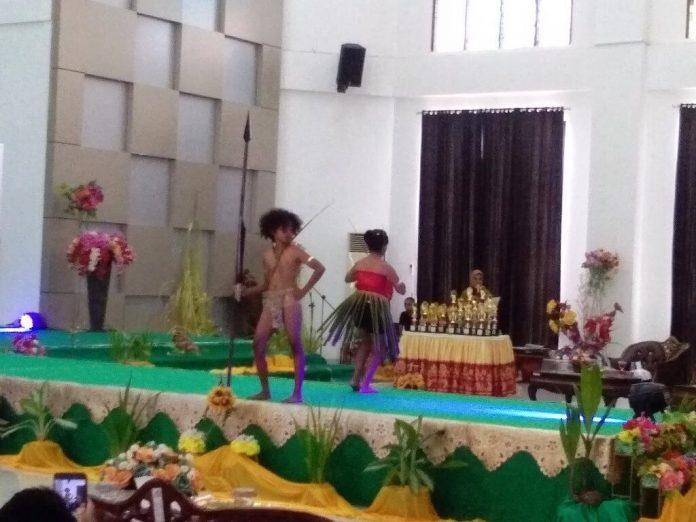 Peragaan salah satu pasangan pada lomba fashion show di Aula Kantor Bupati Malra, Senin (14/9/2020). Foto: Labes Remetwa