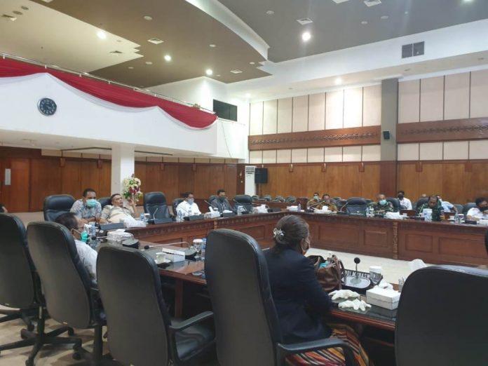 Penetapan Ranperda LPJ APBD tahun 2019 berlangsung di ruang paripurna DPRD Maluku, Selasa (8/9/2020). Foto: Chintia Samangun