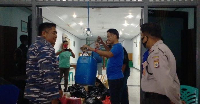 Unsur Satgas Angkutan Laut GTPP Covid-19 Tual yang hadir ikut mengawal proses penimbangan ulang miras sopi di gedung Yos Sudarso Lanal Tual, Jumat (18/9/2020). Foto: Labes Remetwa