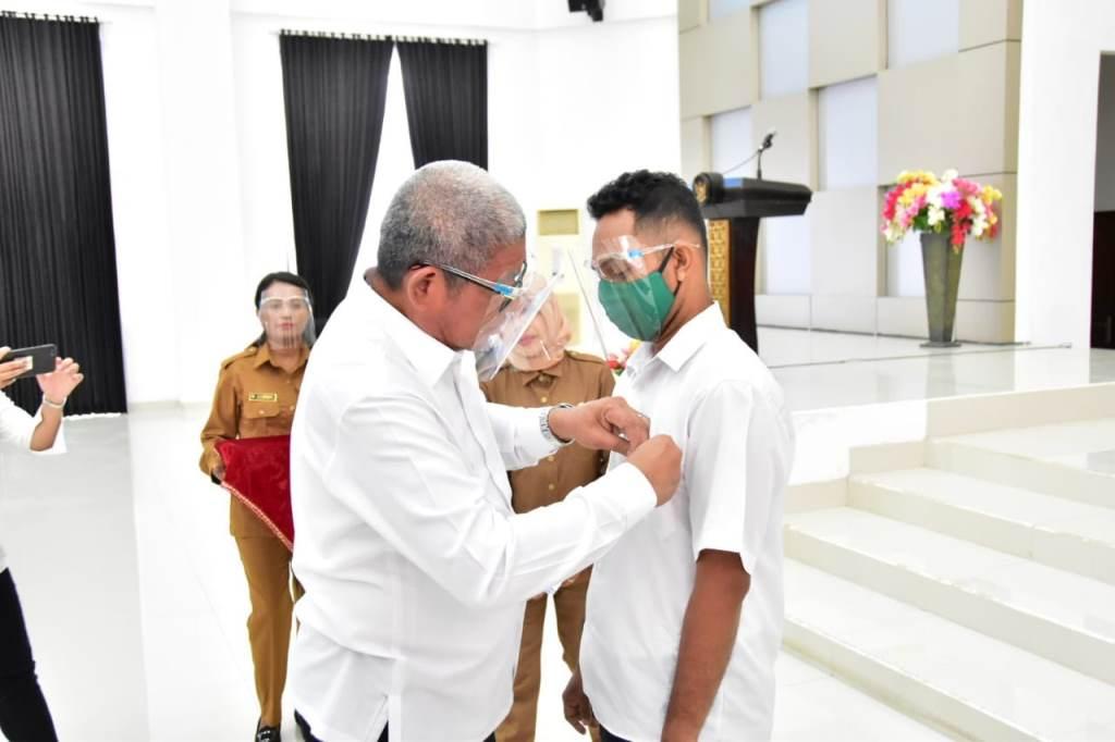 Penyematan tanda kartu peserta (USTKK ) oleh Bupati Maluku Tenggara Muhammad Thaher Hanubun kepada salah satu peserta, selasa (15/09/2020) sumber foto : bagian prokompimda