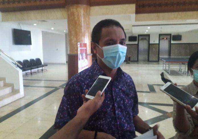 Wakil Ketua DPRD Provinsi Maluku Eky Sairdekut diwawancarai di Kantor DPRD Maluku, Senin (7/9/2020). Foto: Chintia Samangun