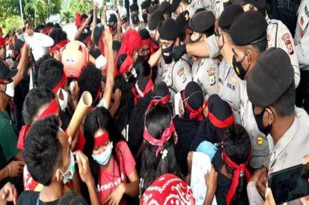 Aliansi Taniwel Raya (Antara) saat melakukan demo di depan Kantor DPRD Provinsi Maluku, Selasa (13/10/2020) Foto: Chintia Samangun.