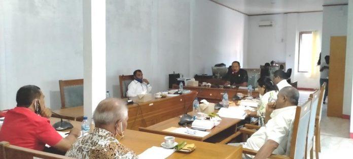 Komisi I DPRD Kabupaten Maluku Tenggara menerima audiens Marga Maturbongs Ohoi Kolser Kecamatan Kei Kecil, terkait persoalan kepala ohoi definitif di ohoi tersebut. Pertemuan digelar di ruang rapat Komisi I DPRD Malra, Senin (12/10/2020). Foto: Labes Remetwa