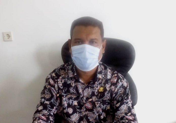 Kepala Dinas Kebersihan dan Lingkungan Hidup Kota Tual Jamal Renhoat diwawancarai suaradamai.com di ruang kerjanya, Kamis (15/10/2020). Foto: Fredy Jamrewav