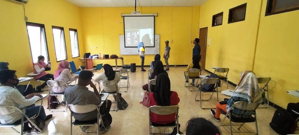 Meiksyana Raynold Renjaan, SS. M.Hum mengajar Bahasa Inggris bagi Mahasiswa Semester I Program Studi Agrowisata Bahari di ruang kelas E Gedung Agribisnis Perikanan (AGP), Rabu (7/10/2020). Perkuliahan juga dilakukan secara online via zoom meeting. Foto: Labes Remetwa