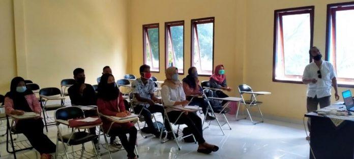 Johny Dobo, S.Pi, M.Si mengajar Mahasiswa Semester V Program Studi Teknologi Kelautan (TKL) tentang Ekologi Pulau Kecil. Perkuliahan dilaksanakan di ruang kuliah TPI 02, Rabu (7/10/2020). Foto: Labes Remetwa