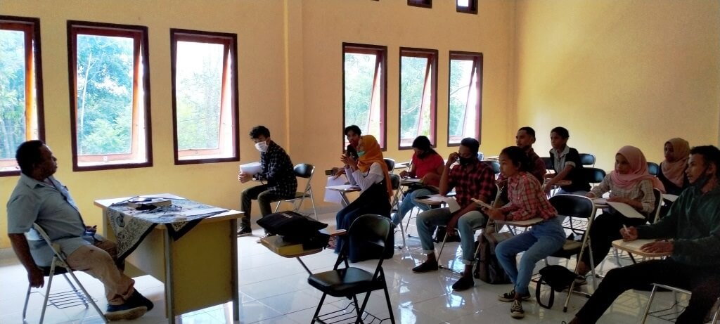 Dr. rer. nat. Ir. E. A. Renjaan, M.Sc mengajar Hidrodinamika bagi Mahasiswa Semester III Program Studi Teknologi Kelautan (TKL), di ruang kuliah TPI 01, Rabu (7/10/2020). Foto: Labes Remetwa