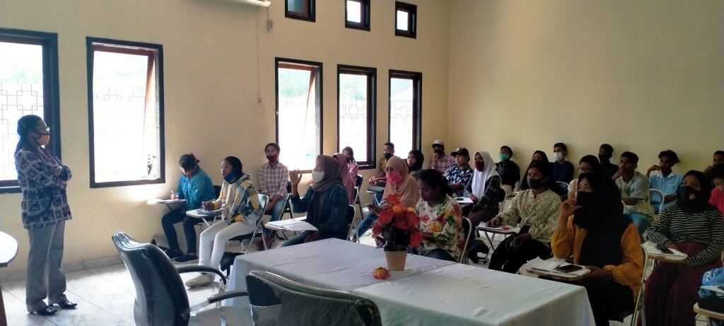 Lodavika Meci, S.Pd, M.Pd mengajar Bahasa Indonesia untuk Mahasiswa Semester I Program Studi (Prodi) Teknologi Budidaya Perikanan (TBP) di ruang kuliah A Gedung Prodi TBP, Rabu (7/10/2020). Foto: Labes Remetwa