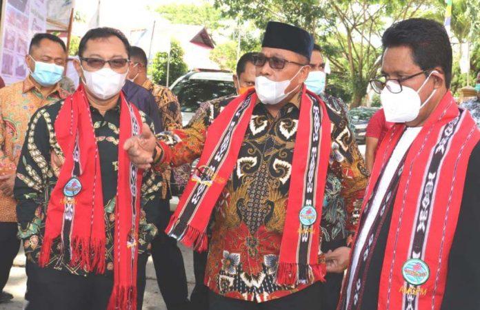 Gubernur Maluku Murad Ismail (tengah) dan Wakil Gubernur Maluku Barnabas Orno menghadiri Kongres Angkatan Muda Gereja Protestan Maluku (AMGPM) ke-29 Tahun 2020.