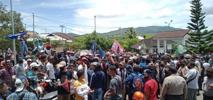 Aksi demo yang berlangsung di pelataran Kantor DPRD Muluku, Kamis (8/10/2020)
