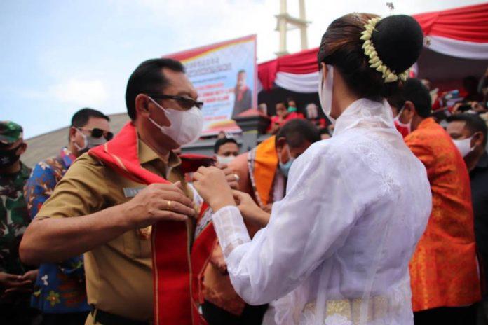 Wakil Gubernur Maluku Barnabas Natanhiel Orno menghadiri pengukuhan adat Raja Negeri Allang, Kecamatan Leihitu Barat, Kabupaten Maluku Tengah, Selasa (20/10/2020).