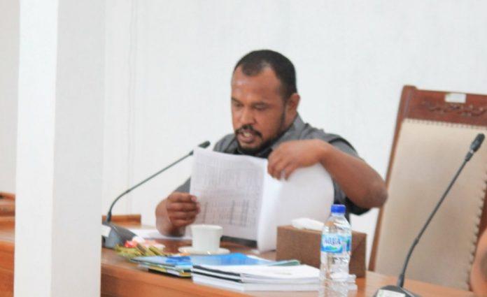 Anggota Komisi II DPRD Maluku Tenggara Ali Arsyad Ohoiulun meminta PT. PLN Cabang Tual untuk segera mengevaluasi kinerja pengelola PLMTG Dullah selaku pihak kedua. Hal ini disampaikan Ali dalam RDP Komisi II dengan PT. PLN Cabang Tual di ruang rapat komisi, Jumat (20/11/2020). Foto: Tim IT DPRD Malra