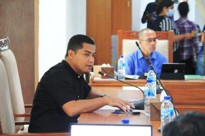 Anggota Komisi II DPRD Kabupaten Maluku Tenggara Moh Nawawi Namsa menanyakan mutu pelayanan kelistrikan dalam RDP Komisi II dengan PT. PLN Cabang Tual di ruang rapat komisi, Jumat (20/11/2020). Foto: Tim IT DPRD Malra