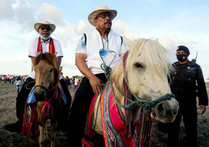 Gubernur Maluku Murad Ismail (kanan) dan Penjabat Bupati MBD Melky Lohy (kiri) menunggangi kuda pada acara pencanangan Gerakan Jumat Berkuda di Kabupaten Maluku Barat Daya (MBD). Pencanangan dilakukan orang nomor satu di Maluku itu bertempat di kaki Gunung Kerbau, Pulau Moa, Minggu (29/11/2020).