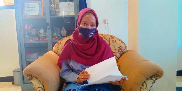 Ketua PKM Corner Polikant Ismi Isti'anah diwawancarai suaradamai.com di ruang kerja Pudir III Bidang Kemahasiswaan, Kamis (5/11/2020). Foto: Labes Remetwa