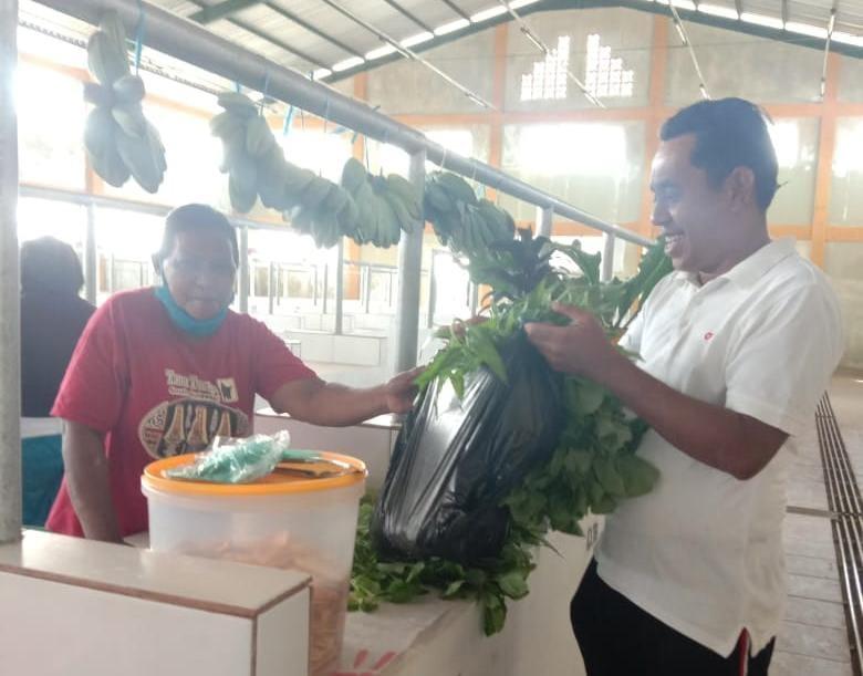 Kepala Bagian Protokoler dan Komunikasi Pimpinan Tual Muchsin Ohoiyuf turut membeli barang dagangan para pedagang di Pasar Baru Un, Jumat (13/11/2020). Foto: Fredy Jamrewav