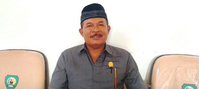 Ketua Komisi I DPRD Malra Antonius Renyaan diwawancarai suaradamai.com usai Rapat Dengar Pendapat (RDP) dengan mitra komisi di ruang rapat komisi, Senin (2/11/2020). Foto: Labes Remetwa