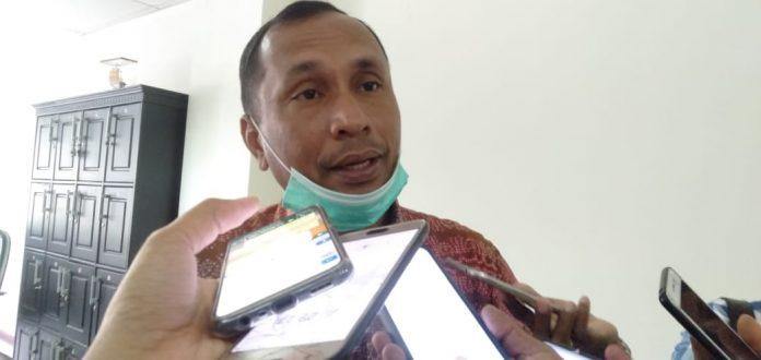 Ketua Komisi IV DPRD Maluku Samson Atapary diwawancarai awak media di baileo rakyat, Karang Panjang Ambon, Selasa (24/11/2020). Foto: Chintia Samangun