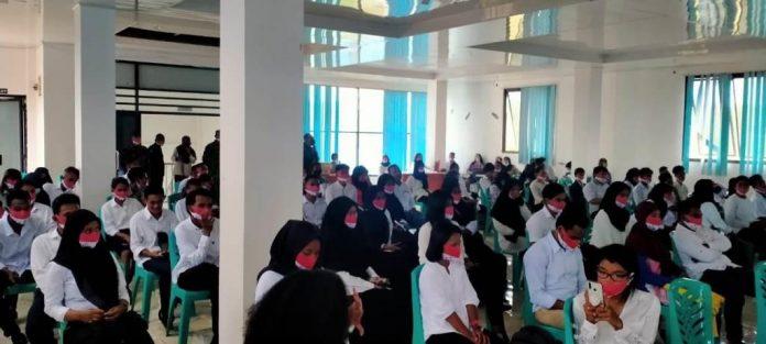 100 Mahasiswa Politeknik Perikanan Negeri Tual (Polikant) ikut seminar bela negara dan wawasan Nusantara di Ballroom Lantai 3 Kampus Polikant, Senin (23/11/2020). Foto: Labes Remetwa