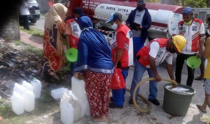 Penjualan minyak tanah murah di Kota Tual. Program mitan murah ini merupakan kerja sama Disperindag Tual dengan Hiswana Migas dan Pertamina, Selasa (3/11/2020). Foto: Fredy Jamrewav
