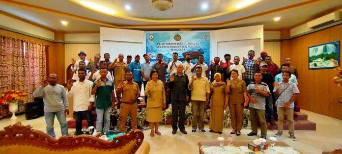 Foto bersama narasumber dengan para peserta pelatihan pemandu wisata selam Kabupaten Maluku Tengara di Hotel Syafira Langgur, Selasa (3/11/2020). Foto: Labes Remetwa