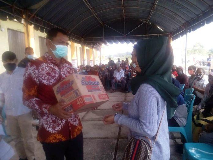 Suasana Penyerahan Bantuan oleh Walikota Tual, Usman Tamnge kepada salah satu Pedagang di Pasar Baru Un –Kota Tual, Foto: Fredy Jamrevav.