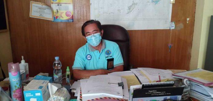 Plt Kepala Dinas Kesehatan Kota Tual drg. Maxie Tinggogoy diwawancarai di ruang kerjanya, Jumat (8/1/2021). Foto: Ludweina Maturbongs