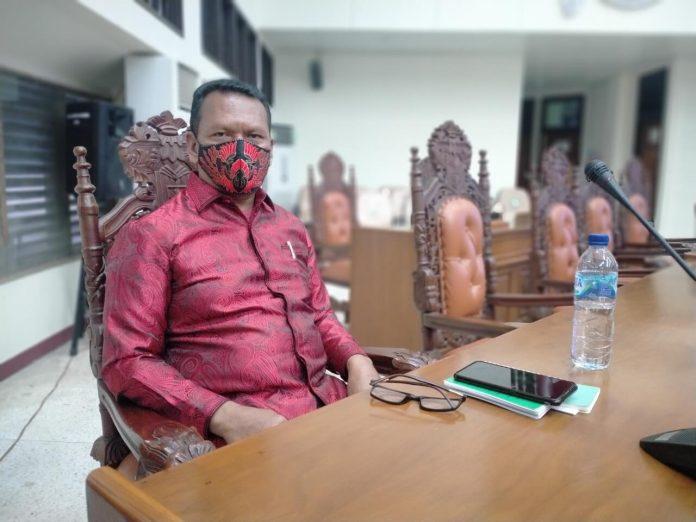 Ketua Fraksi Gotong Royong DPRD Kabupaten Maluku Tenggara Stephanus Layanan menegaskan, pihaknya akan menolak rancangan peraturan daerah (Ranperda) dari OPD pengusul, jika Kepala OPDnya tidak menghadiri rapat paripurna. Hal ini disampaikan dalam rapat paripurna, Senin (11/1/2021). Foto: Labes Remetwa