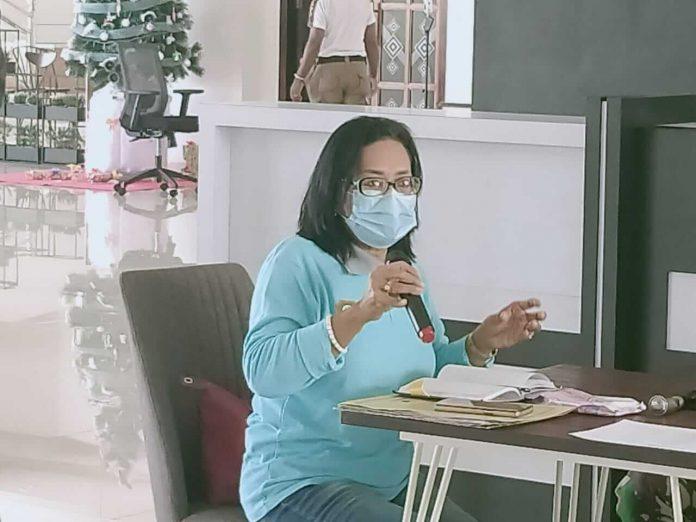 Kepala Dinas Kesehatan Kabupaten Maluku Tenggara dr. Katrijne Notanubun saat sedang memberikan keterangan kepada awak media terkait pelaksanaan vaksinasi pada Konferensi Pers yang dilaksanakan di Kantor Bupati Jumat (8/1/2021) Foto. Riko Rahawarin