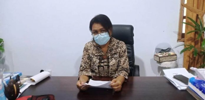Kepala Dinas Pariwisata Kota Tual Enggelina Heatubun mengatakan pihaknya fokus membangun Sumber Daya Manusia (SDM) pada tahun 2021. Hal ini disampaikan di ruang kerjanya, Kamis (7/1/2021). Foto: Ludweina Maturbongs