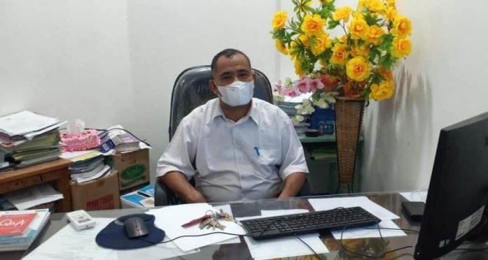 """Plt. Kepala Dinas Pendidikan dan Kebudayaan Tual Mudatsir Tamher mengatakan, pihaknya kembali menerapkan sistem """"Belajar dari Rumah"""" (BDR) dengan menggunakan metode daring dan luring. Hal ini disampaikan di ruang kerjanya, Rabu (6/1/2021). Foto: Labes Remetwa"""