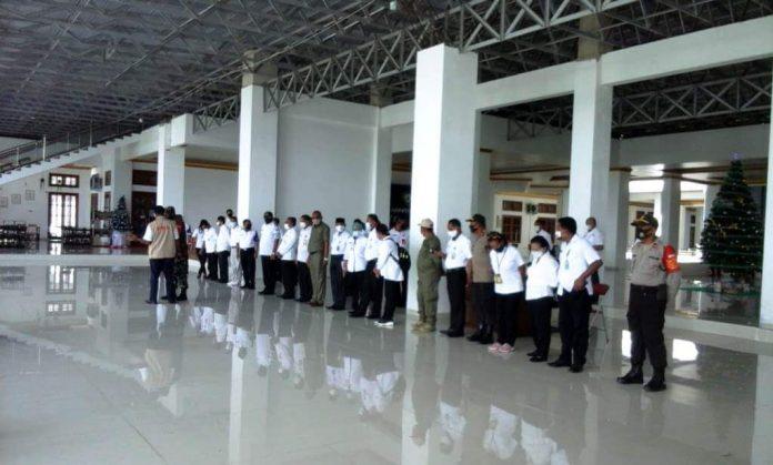 Pemerintah Kabupaten Maluku bersama Satuan Tugas Penanganan Covid-19 mengelar apel bersama di Aula Kantor Bupati Malra, Rabu (13/1/2021).