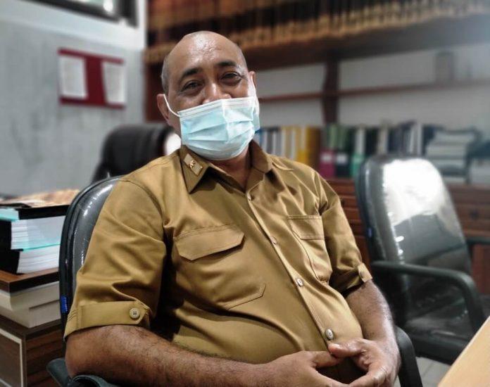 """Sekretaris DPRD Kabupaten Maluku Tenggara Roy Rahayaan menilai, pelayanan RSUD Karel Sadsuitubun Langgur """"sangat istimewa."""" Katanya di ruang kerjanya, Senin (4/1/2021). Foto: Labes Remetwa"""