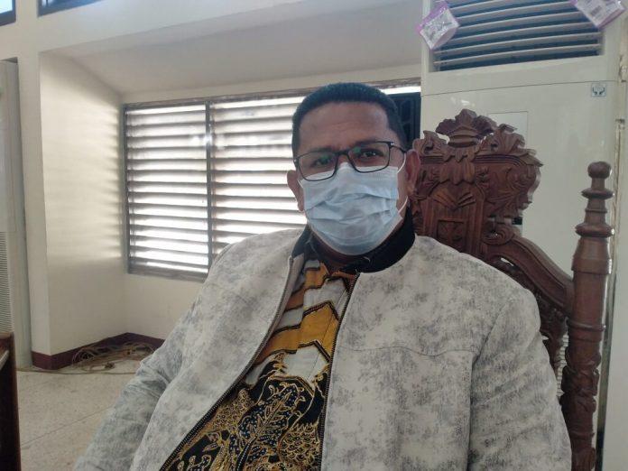 Wakil Ketua I DPRD Malra Albert Efruan diwawancarai usai paripurna penetapan kode etik dan tata beracara Badan Kehormatan (BK), Jumat (8/1/2021). Foto: Labes Remetwa