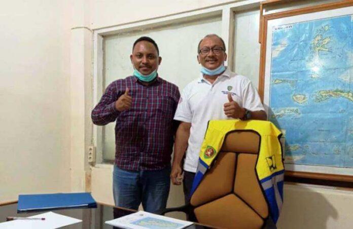 Anggota DPRD Kabupaten Maluku Tenggara Cristo Beruat bersama Kasi Jalan Dinas PUPR Provinsi Maluku Richard Sopamena. Foto: Dokpri
