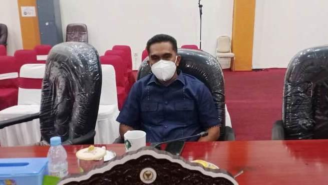 Anggota DPRD Kota Tual Bahrawi Raharusun mengajak pimpinan dan anggota dewan untuk bantu mensosialisasikan program vaksinasi lewat agenda kerja. Foto: Ludwiena Maturbongs