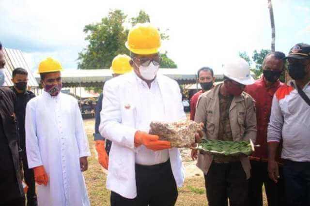 Bupati Maluku Tenggara Muhammad Taher Hanubun meletakan batu pertama pembangunan gedung Pastoran Gereja Santo Xaverius Sathean, Jumat (19/3/2021). Foto: Orion