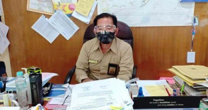 Plt. Kepala Dinas Kesehatan Kota Tual drg. Maxie M. B. Tinggogoy ditemui wartawan di ruang kerjanya, Senin (8/3/2021). Foto: Ludwiena maturbongs