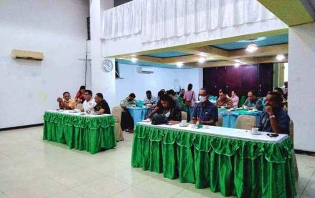 Biro Kesejahteraan Rakyat (Kesra) Provinsi Maluku menggelar sosialisasi Ketenagakerjaan dan Hubungan Industrial tahun 2021 bagi pengusaha di Kabupaten Maluku Tenggara. Kegiatan ini dilakukan di Aula Hotel Suita Langgur, Jumat (9/4/2021) pukul 09.30 WIT. Foto: Fredy Jamrewav