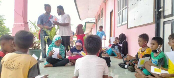 Gerakan Kei Cerdas (GKC) berkolaborasi dengan Bengkel Sastra Nuhu Evav (BSNE) belajar dan bermain bersama anak-anak di Ohoi Dunwahan Kecamatan Kei Kecil Kabupaten Maluku Tenggara, Sabtu (10/4/2021). Foto: Labes Remetwa