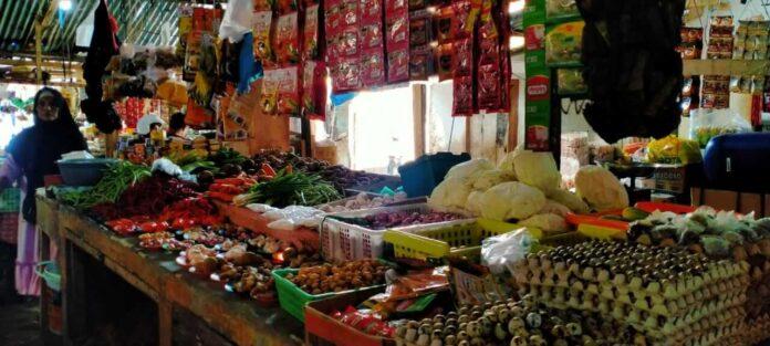Suasana pasar Tual jelang Ramadhan, Senin (12/4/2021). Foto: Labes Remetwa