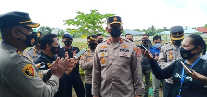 Kapolda Maluku, Irjen Pol Drs. Refdi Andri saat diwawancaria awak media, Senin (12/04/21). Foto: Mey Maturbongs