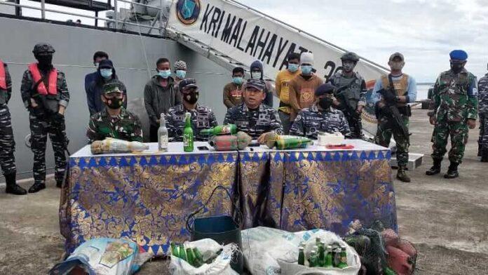 Konferensi pers penangkapan KM. Nadia Jaya 01 oleh KRI Malahayati 362 di Dermaga Martadinata Lanal Tual, Kamis (29/4/2021). Foto: Labes Remetwa