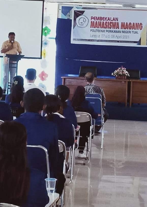 Direktur Politeknik Perikanan Negeri Tual (Polikant) Yusron Rahayaan membuka acara Pembekalan Bagi Mahasiswa Magang.